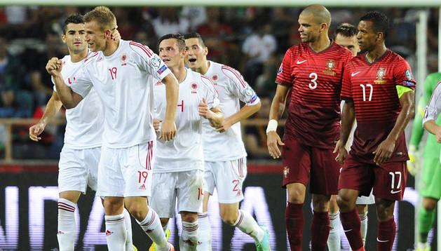 Los jugadores de Albania celebran el gol conseguido ante la presencia de Pepe y Nani