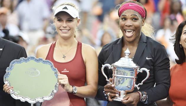 La danesa Caroline Wozniacki (izda.) y la norteamericana Serena Williams (dcha.) posan con los trofeos tras la final