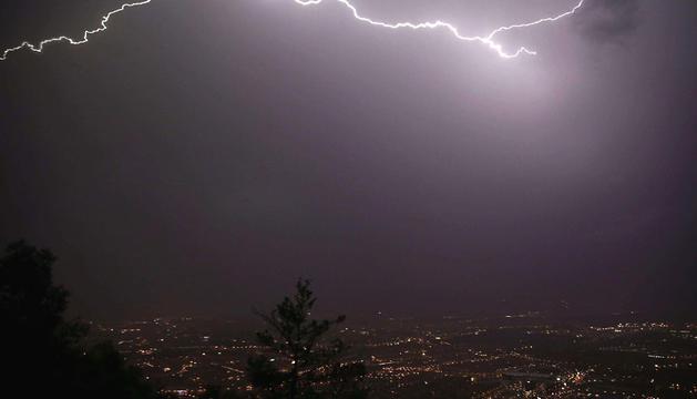 Pamplona, desde el monte de San Cristóbal, durante la tormenta de este domingo por la noche.