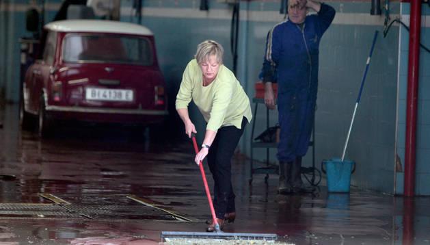 Una persona trabaja en los daños causados por las inundaciones del Río Arga en 2013.