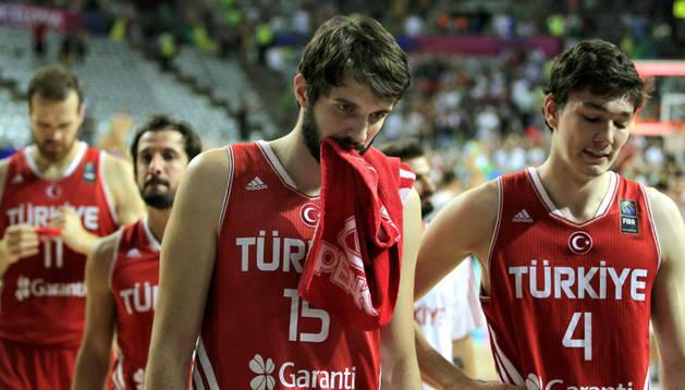 Furkan Aldemir y Cedi Osman se lamentan por la derrota