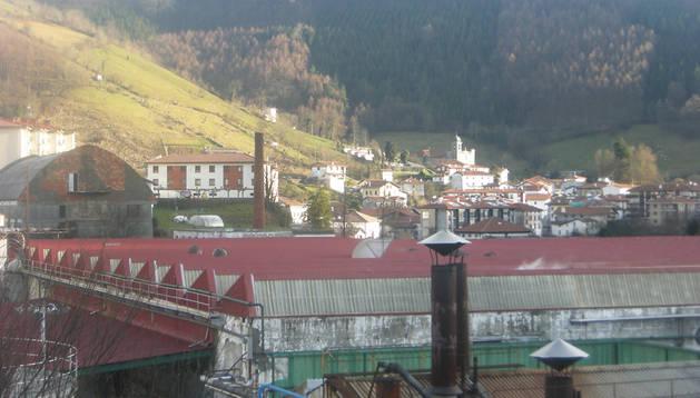 Imagen de archivo de la planta de Sarriopapel, junto al casco urbano de Leitza