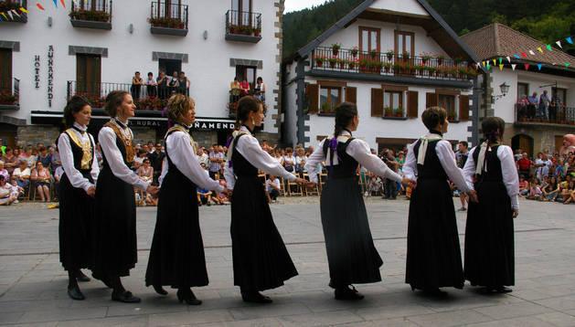 Las dantzaris de Jaurrieta bailan la 'Neska dantza' ante cientos de personas en Ochagavía.