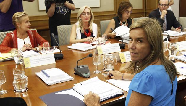 La ministra de Sanidad, Ana Mato (dcha.) durante la reunión con los portavoces de Igualdad de los grupos parlamentarios