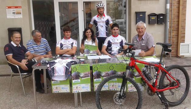 Charo Apesteguía, de Tierras de Iranzu, con corredores y organizadores de la prueba