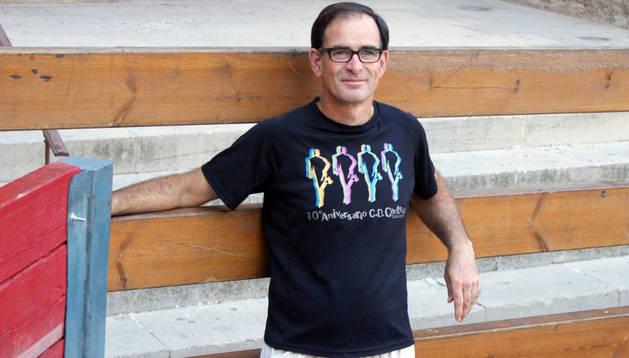 Carlos Díaz, presidente del CD Cantera, posa en el vallado