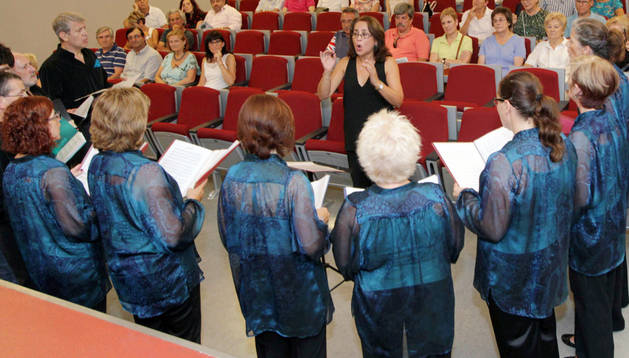 Actuación del Coro Valle del Ebro en la presentación