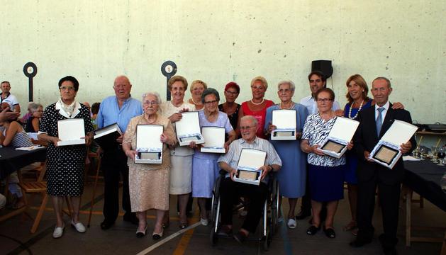 Los jubilados que asistieron al homenaje, con las placas conmemorativas.