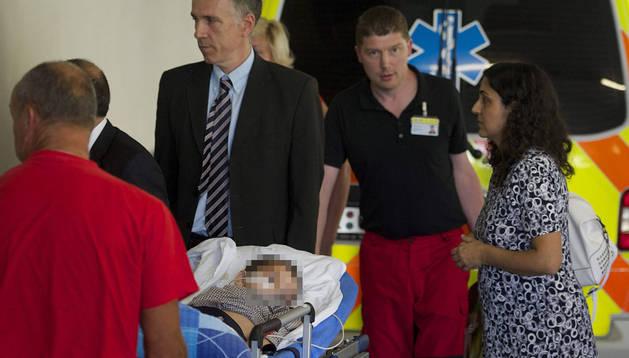 Ashya King, acompañado por sus padres, llega al hospital infantil de Praga