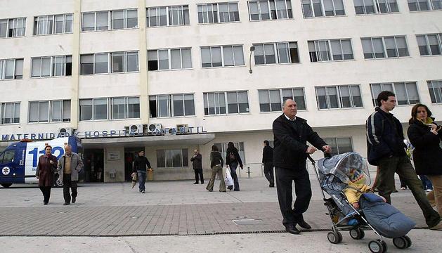 Varias personas, en el acceso al área de Maternal del antiguo Hospital Virgen del Camino