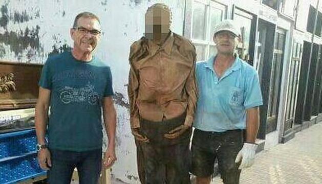 La fotografía que ha provocado la sanción al funcionario del cementerio de Guardamar del Segura (Alicante)