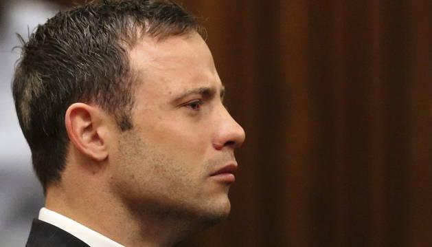 El atleta Oscar Pistorius reacciona al escuchar su veredicto, en el Tribunal Superior de Pretoria (Sudáfrica)