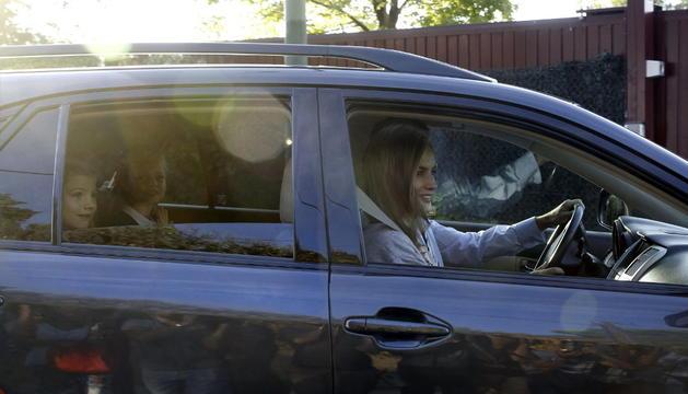 Los Reyes Felipe y Leticia acompañanan a la Princesa de Asturias y a su hermana, la infanta Sofía al comienzo de las clases en el colegio Santa María de los Rosales de Madrid.