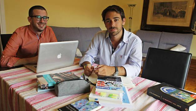 Enrique Redondo y Rafael Sánchez Peña, en su  nuevo piso de Pío XII
