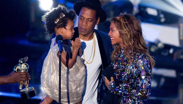 Beyoncé, Jay Z, y su hija.