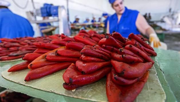 Un puñado de pimientos del piquillo de Lodosa recién pelados a mano,  sin una sola gota de agua, en la fábrica Conservas Perón, de Lodosa, que ya ha iniciado la elaboración