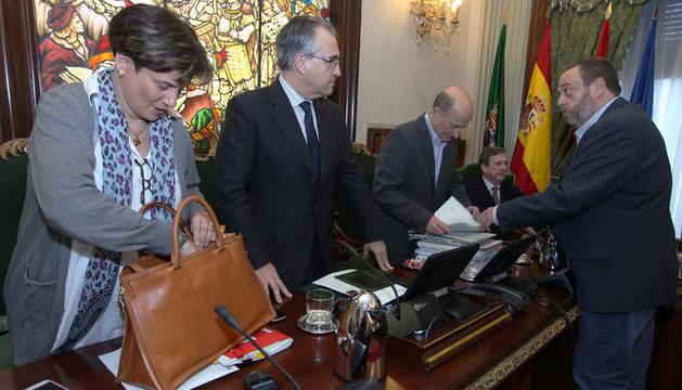 El alcalde Enrique Maya, la concejal de Hacienda Ana Elizalde y el portavoz del PSN, Jorge Mori