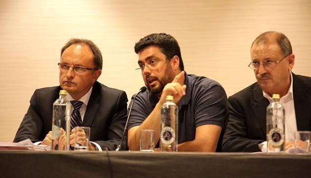 El hotel Iruña Park acogió la asamblea de socios compromisarios del C.A. Osasuna en la que se aprobaron las cuentas de la temporada 2013/2014 y se dio el visto bueno al presupuesto para la temporada 2014/2015.