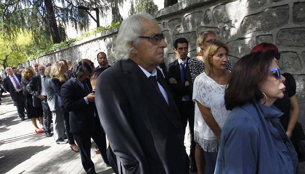 Decenas de personas hacen cola a las puertas de la capilla ardiente del presidente de El Corte Inglés, Isidoro Álvarez, instalada en la Fundación Ramón Areces