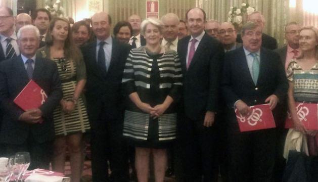 La vicepresidenta Goicoechea, con algunos de los asistentes a la reunión