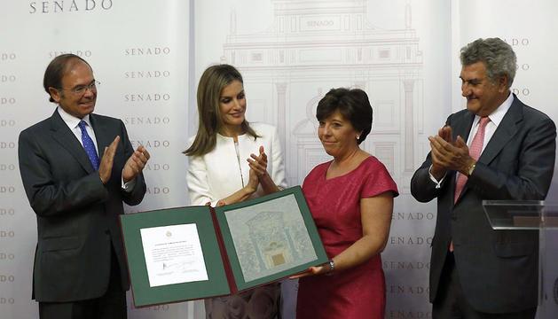 La Reina Letizia entrega el Premio Luis Carandell a la periodista Carmen del Riego, en presencia de los presidentes del Congreso Jesús Posada, (dch), y del Senado, Pio García Escudero