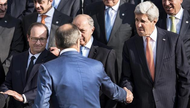 El ministro de Asuntos Exteriores, José Manuel García-Margallo (dcha, arriba) y el secretario de Estado de Estados Unidos, John Kerry (dcha, abajo), en la foto de familia de la cumbre