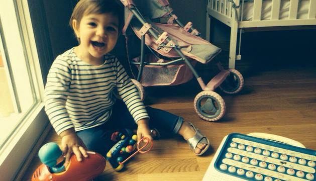 Ainhoa disfruta de sus juguetes 'reciclados'
