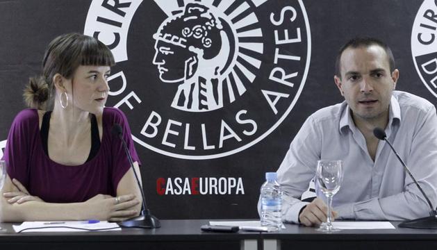Lucía Ayala (i) y Luis Alegré (d) coordinadores del equipó técnico de Podemos, durante el inicio de la Asamblea Ciudadana