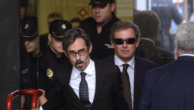 Jordi Pujol Ferrusola (d), hijo del expresidente de la Generalitat, junto a su abogado, a su salida de la Audiencia Nacional