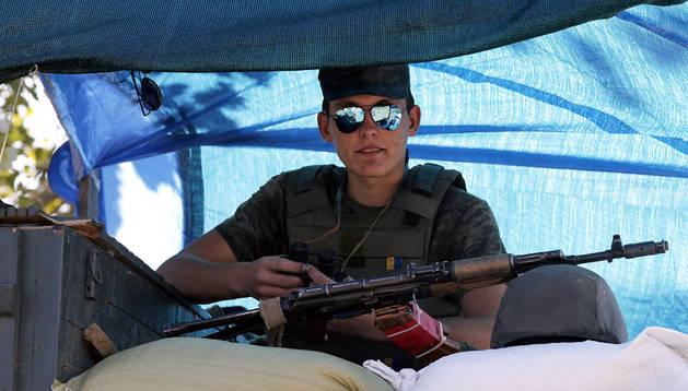 Un soldado ucraniano vigila en Mariupol