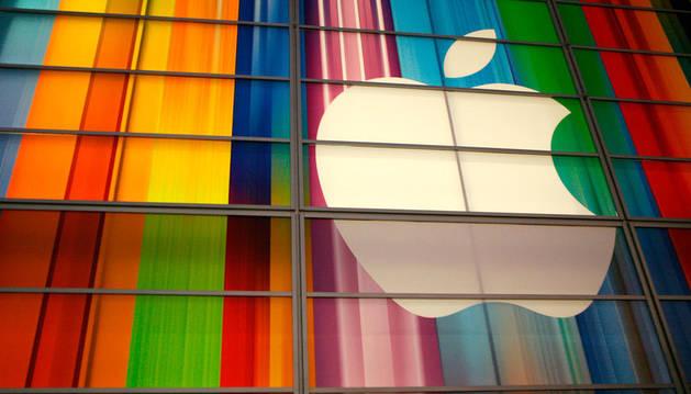 Logotipo de Apple en sus oficinas de San Francisco, California