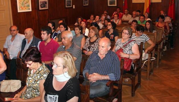 Asistentes -entre ellos trabajadoras de la residencia- al pleno celebrado ayer en Cortes.