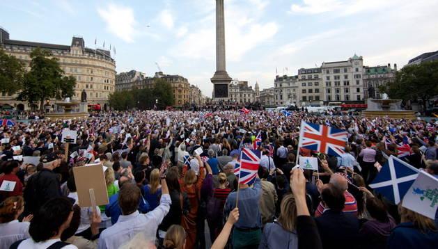 Un grupo de personas se reúne para manifestarse en favor del no