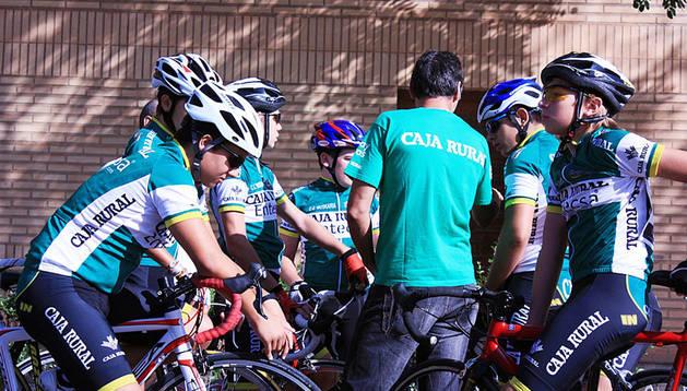 Varios ciclistas del equipo infantil del Muskaria, recibiendo instrucciones.