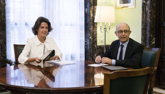 La presidenta del Gobierno de Navarra, Yolanda Barcina (izda.) junto al ministro de Hacienda, Cristóbal Montoro