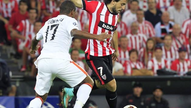 Beñat busca el centro ante el jugador del Shakhtar Fernando