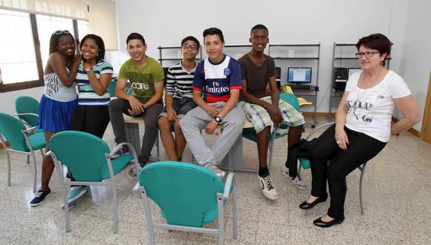 Varios alumnos, con su monitora, en un aula del Centro Lasa