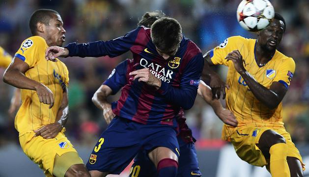 Gerard Piqué se dispone a cabecear el córner que finalizó en el único tanto del encuentro