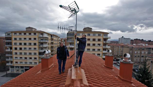 Un equipo de antenistas trabaja en el barrio de San Juan en Pamplona