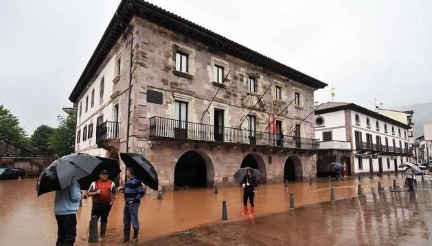 Imagen del Ayuntamiento de Baztan, en cuya parte posterior se asienta el Juzgado de Paz y registro civil, tras la inundación del 4 de julio