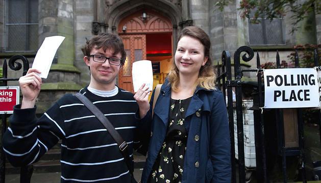 Una pareja muestra su papeleta antes de ir a votar en el sur de Edimburgo