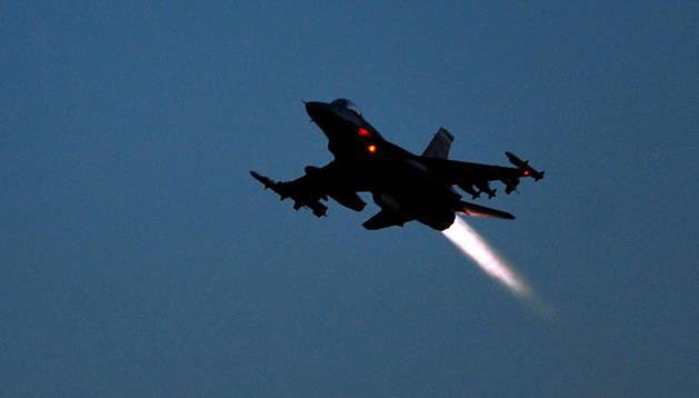 Un caza de combate F16 como los utiilizados por EE UU en el bombardeo de posiciones yihadistas cerca de Mosul.