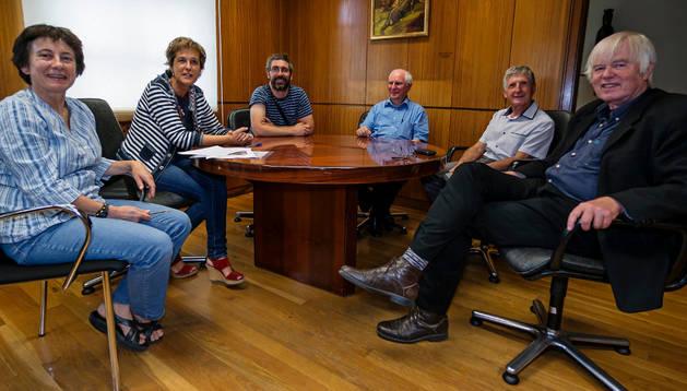 La alcaldesa y los técnicos de Juventud Marta Estébanez e Iñaki Ruiz con los representantes franceses