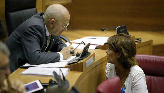 Pérez Prados conversa con Yolanda Barcina, en el pleno de este viernes