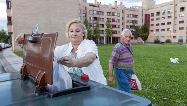 La vecina de Barañáin, María Antonia Blanco Rubio, deposita en un contenedor de basura orgánica la bolsa con restos