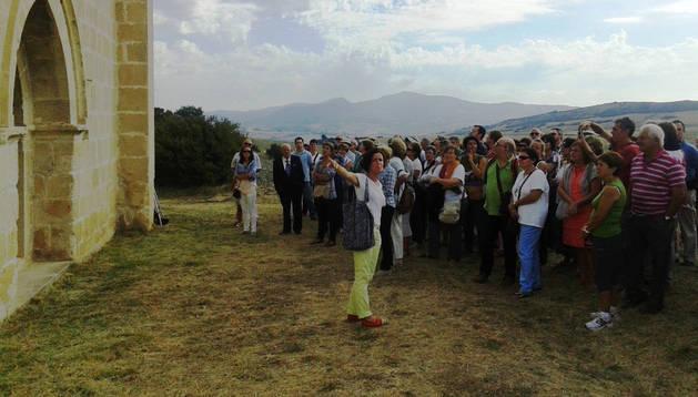 Una de las visitas a los monumentos románicos organizadas en el valle de Yerri este septiembre.