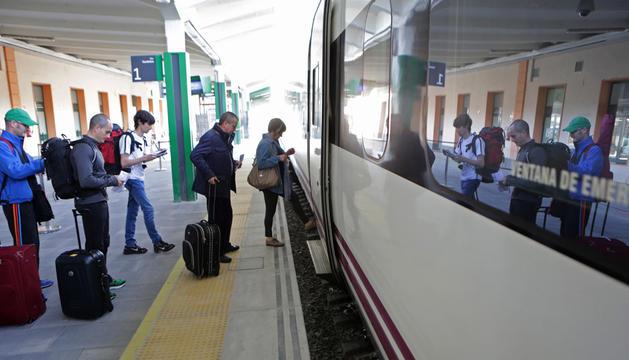Un grupo de pasajeros sube a un tren en la estación de Pamplona