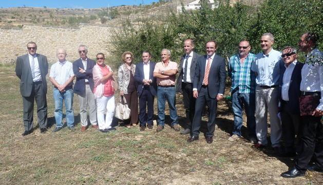 Imagen entre los endrinos junto a la bodega del Grupo Zamora, en los que posó el consejo regulador y el consejero de Desarrollo Rural.