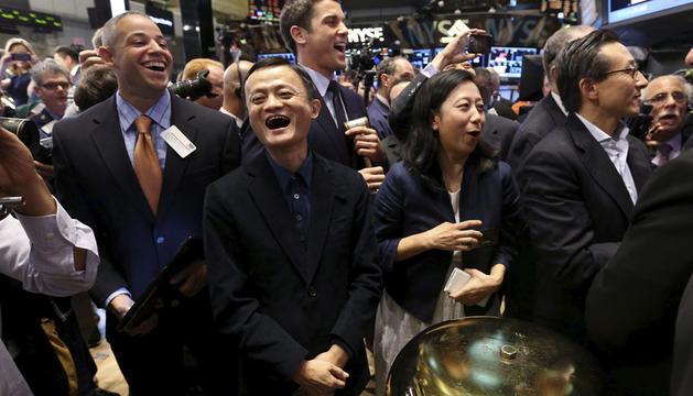 El fundador y director ejecutivo de Alibaba, Jack Ma, sonríe tras hacer sonar la campana ceremonial de la Bolsa de Nueva York