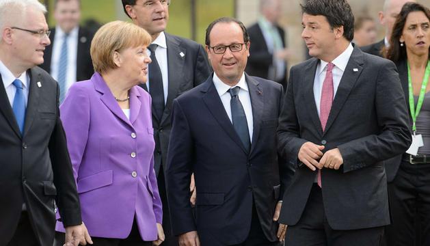 Angela Merkel (i), Francois Hollande (c) Matteo Renzi (d), en una cumbre de la OTAN